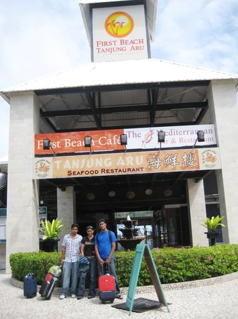 Tanjung Aru Seafood Restaurant: Right after arrival to Kota Kinabalu, we headed over here, but sadly it wasn't open yet..