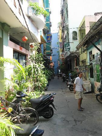 Bich Duyen Hotel: Neat Laneway from Bich Duyen