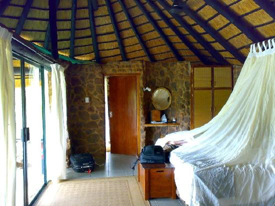 Leopard Mountain Safari Lodge: Our bungalow, no A/C but very comfy