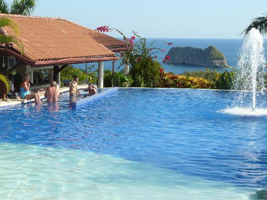 Hotel Parador : Pool with swimup bar overlooking ocean