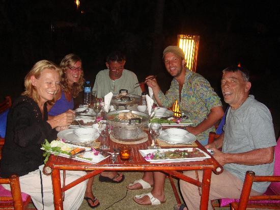 เดอะ อันดามัน ซันฟาวเวอร์ รีสอร์ท แอนด์ สปา: one of the nice diners in the garden