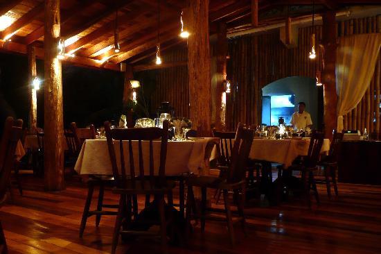Hidden Treasure Restaurant: Beautiful wood interiors