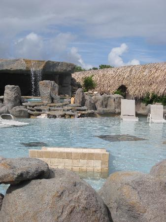 Club Arias B&B: Wading pool and waterfall over bar pool