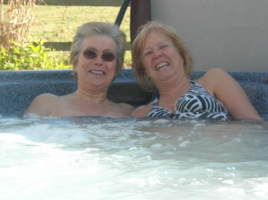 Moddershall Oaks Country Spa Retreat: Fun in the outdoor hot tub!