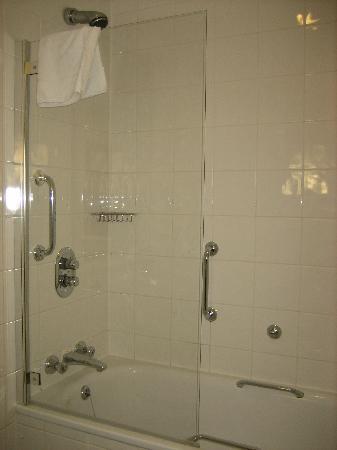Village Hotel Swindon: Bathroom