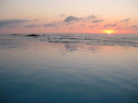 Four Seasons Resort Punta Mita: Sunset from the Infinity Pool