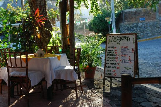 Bungalows Allec: good breakfast place just down the hill from bungalows