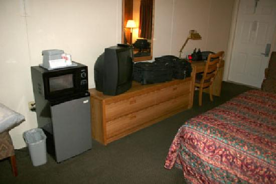 Red Carpet Inn & Suites - Hershey: There is a microwave and a fridge.
