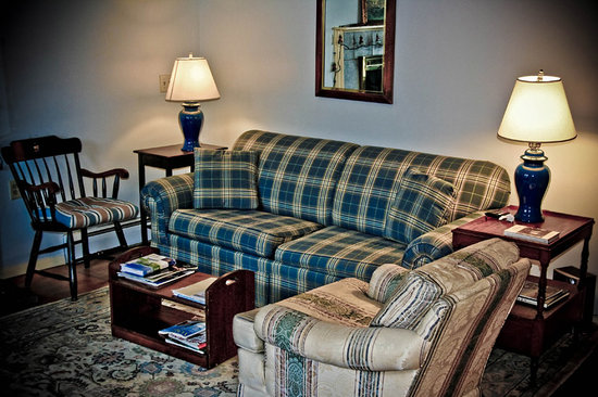 Blueberry Cove Inn: Cozy Living Room
