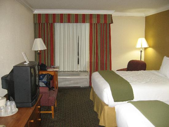 Holiday Inn Express Van Nuys: The room was big enough for my daughter and I