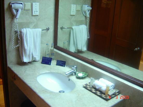Bali Dynasty Resort Hotel: Deluxe room Bathroom