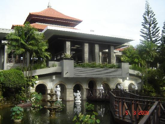Bali Dynasty Resort Hotel: Front Entrance