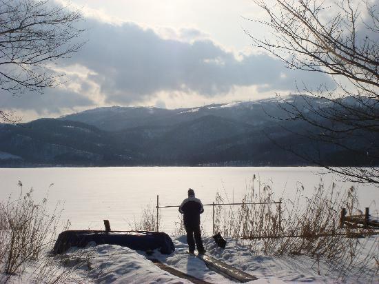 Uroko Ryokan: Lake near ski mountain, breathless.