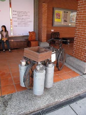 Yilan, Taïwan : traditional ice cream vendor's bike at historic street