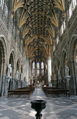 Eglise St-Jacques: etwas überbelichtet, der Raum wirkt viel einheitlicher. Die wunderbaren Gewölbe sind aber zu era