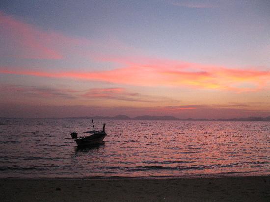 Sonnenuntergang von den Pine Bungalow Khlong Muang Beach