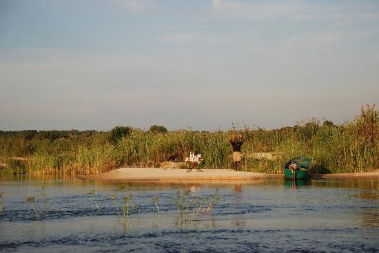 Tongabezi: servicio de aperitivo en medio del rio.