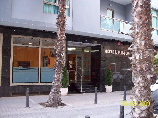 Hotel Pujol: Hotel Entrance
