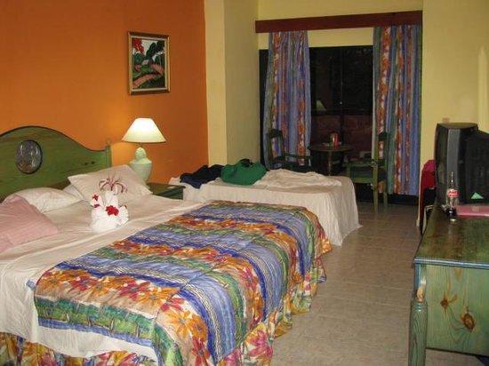 Talanquera Beach Resort: Towel swan on bed