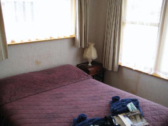 AAA Thames Court Motel: Bedroom 1