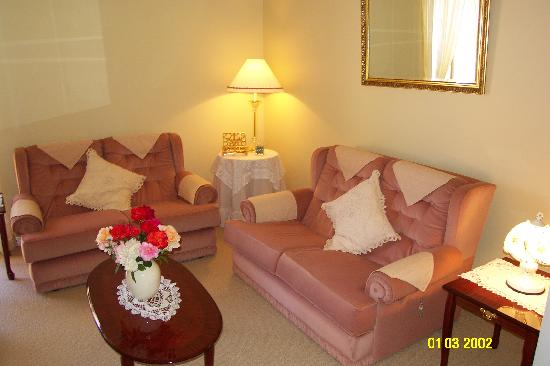Sussex on Willis Cove : Guest lounge which includes Port & Choc's.