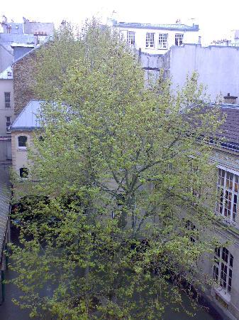Hotel du Cantal : Cortile della scuola di fronte all'hotel