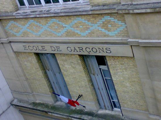 Hotel du Cantal : la scuola di fronte