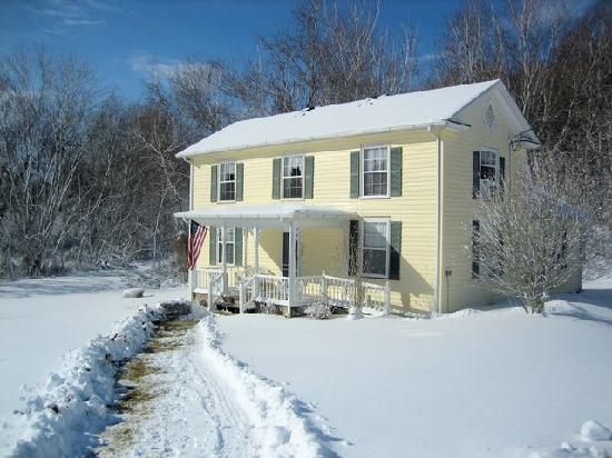 Orchard House Bed and Breakfast: Apple Blossom Farmhouse