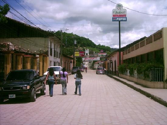 La Esperanza, Honduras: Calle hacia la gruta