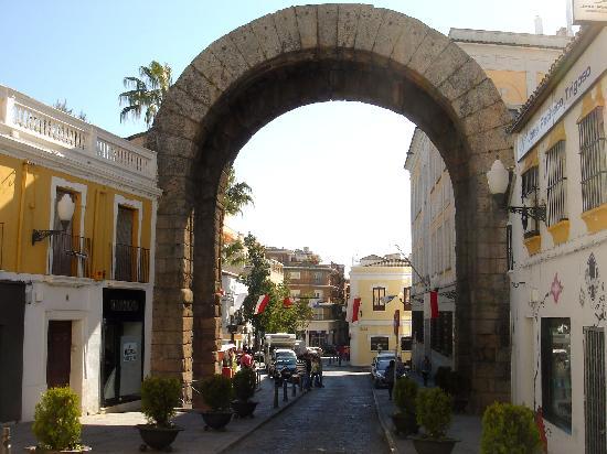 Arco de trajano merida spain picture of merida - Hotel puerta del arco ...