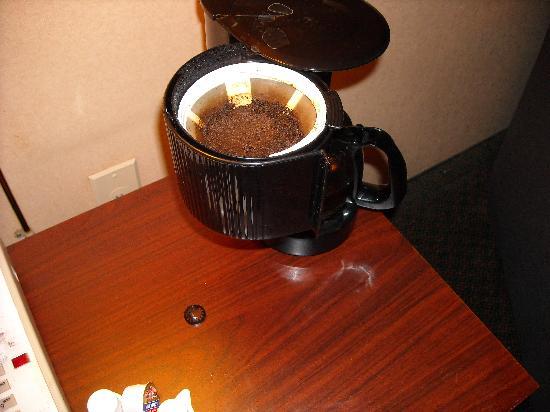 Comfort Inn West: Broken & NOT Cleaned Coffee Pot