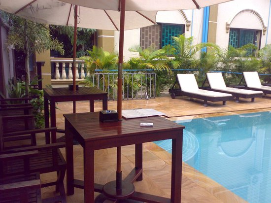 Tanei Boutique Villa: you can have meals by the pool