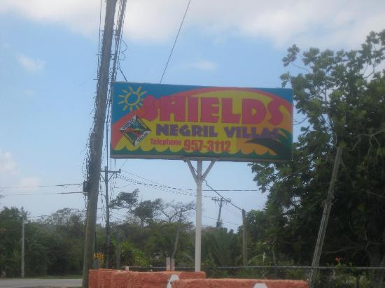 Shields Negril Villas : Entrance off Manley Blvd