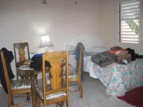 Shields Negril Villas: 1 Bed Side with Kitchenette and Table