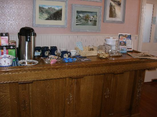 Blue Goose Inn Bed and Breakfast: Coffee, tea and cookies ready all day