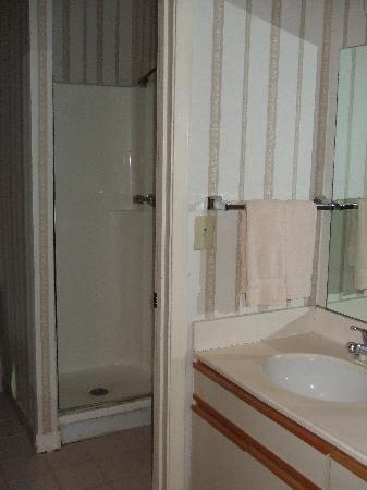 Studio 6 Tulsa : Shower upstairs...
