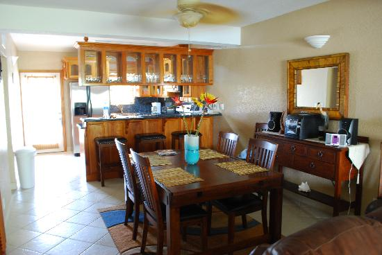 Pelican Reef Villas Resort: Living room and kitchen