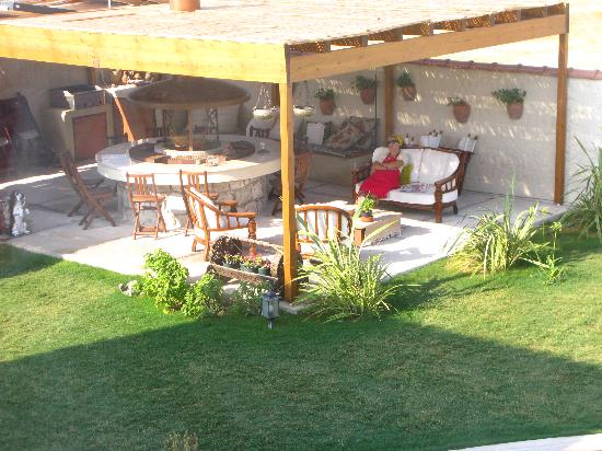 Sedirli Ev: A lovely spot to relax in the backyard