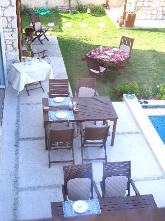 Sedirli Ev: By the pool