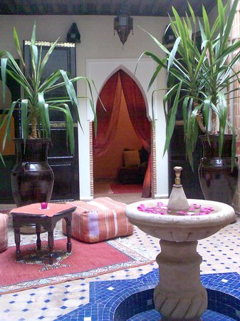 Riad Christina: patio.fuente