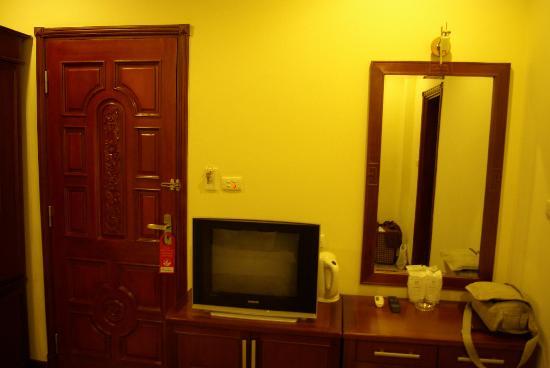 Hanoi Graceful Hotel: Entry door, TV and Desk