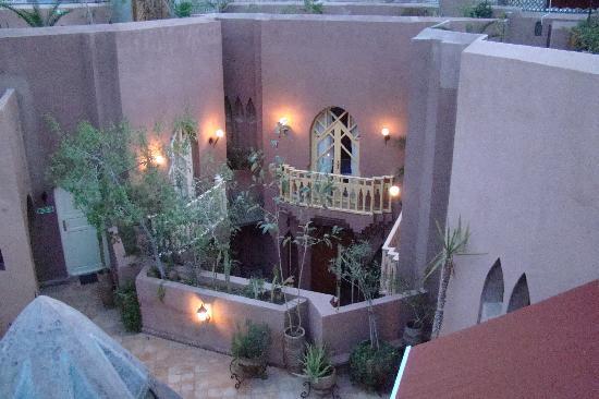 Riad Amira Victoria: patio at dawn