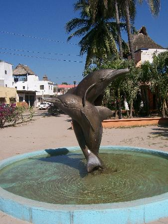 La Manzanilla, Mexiko: The Dolphin statue in town