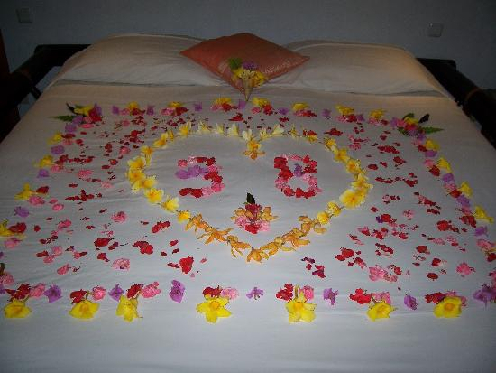 LadyBamboo Villa: Flower petals adorned our bed
