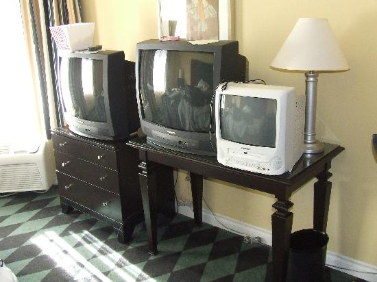 Plaza Inn & Suites at Ashland Creek: three tv's