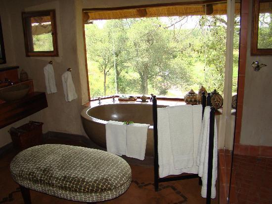 Lukimbi Safari Lodge : Our bathroom with a view