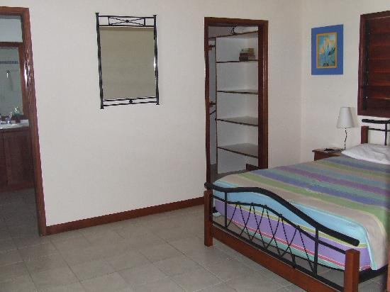 Laguna Vista : Main Bedroom with en suite & walk in wardrobe