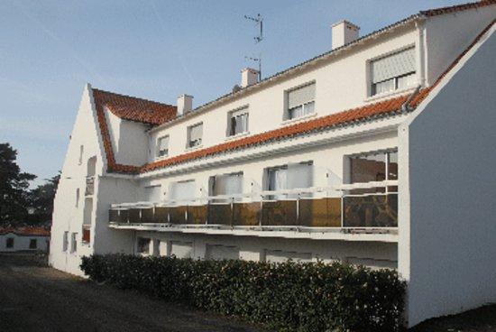 Hotel Restaurant des Sablons : côté chambres avec terrasse