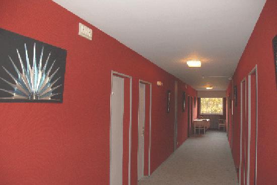 Hotel Restaurant des Sablons : couloir de chambres