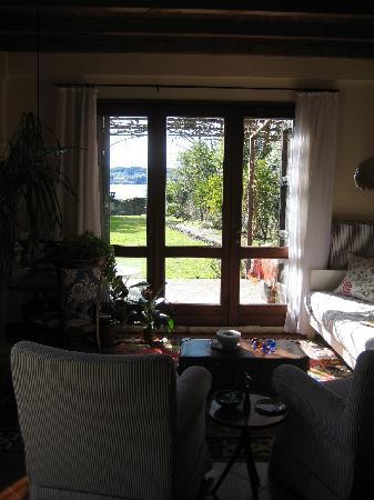 Acqua Dolce: la sala, vista sul giardino